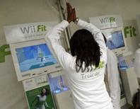 <p>Mulher demonstra o jogo Wii Fit da Nintendo, durante lançamento do produto em Nova York, dia 19 de maio. Há anos os videogames são tratados como vilões do sedentarismo infantil, uma imagem que a Nintendo pretende jogar por terra com o 'Wii Fit', um game que chega às lojas dos EUA na segunda-feira, prometendo uma vida mais saudável. Photo by Shannon Stapleton</p>
