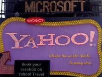 <p>Una señalética de Microsoft se desliza sobre un aviso de Yahoo en Nueva York. Una propuesta alternativa de Microsoft Corp incluye comprar el negocio de búsquedas de la empresa de medios en internet Yahoo y tomar una participación minoritaria en la compañía, cuando haya escindido sus activos asiáticos, dijo el lunes una persona cercana a las discusiones. La propuesta es un poco más que un atisbo de las intenciones de Microsoft, el mayor fabricante de software del mundo, y no incluye aún un valor para los negocios de búsquedas de Yahoo, dijo la fuente, que no estaba autorizada a hablar públicamente debido a que las discusiones son confidenciales. Photo by Joshua Lott/Reuters</p>