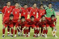 <p>La nazionale vietnamita in una foto scattata prima del match contro il Qatar per le qualificazioni alle Olimpiadi di Pechino 2008, l'8 settembre 2007 allo stadio My Dinh di Hanoi. REUTERS/Kham (Vietnam)</p>