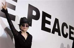 <p>Yoko Ono flashes a victory sign during an opening of her new exhibition 'Odyssey Of A Cockroach' in Moscow, May 29, 2007. John Lennon's widow made big strides on Wednesday in a legal feud over footage of the former Beatle smoking pot, writing songs and discussing putting the hallucinogenic drug LSD in President Richard Nixon's tea. REUTERS/Denis Sinyakov</p>