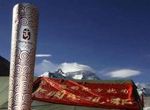 <p>La torcia olimpica fotografata all'inizio del mese al campo base dell'Everest. REUTERS/David Gray (CHINA)</p>
