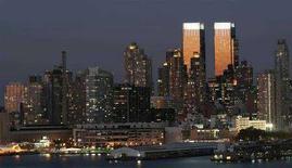 <p>Le torri del Time Warner Center di New York brillano al tramonto in una foto d'archivio. REUTERS/Gary Hershorn</p>