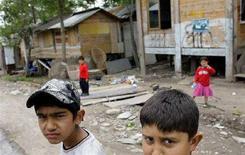 <p>Due bambini in un campo rom a Roma. REUTERS/Max Rossi (ITALY)</p>