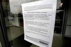 <p>A sign regarding a pet food recall is displayed on a pet store door in Toronto March 30, 2007. REUTERS/J.P. Moczulski</p>
