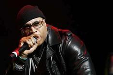 <p>Foto de archivo del rapero L.L. Cool J, en Nueva York, Nov 29, 2007. El rapero veterano LL Cool J (en la foto) prepara el lanzamiento de su último disco con el sello Def Jam, la misma compañía que ayudó a convertir en un centro neurálgico de la música hip-hop hace más de 20 años. 'Exit 13', que será estrenado el 18 de julio, marca la continuación del fracaso comercial 'Todd Smith' del 2006, álbum que vendió sólo 335.000 copias en Estados Unidos, según Nielson SoundScan. Photo by (C) LUCAS JACKSON / REUTERS/Reuters</p>
