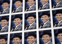 <p>El sello de 42 centavos de dólar que conmemora a Frank Sinatra,exhibido en Nueva York. 13 mayo, 2008. Frank Sinatra está teniendo una muy buena semana. A flote por la cantidad de campañas de mercadotecnia y publicidad, rodeando múltiples productos por el décimo aniversario de su muerte, 'Nothing but the Best', una colección de clásicos remasterizados, debutó en el segundo lugar de los Billboard 200 con 99.000 copias vendidas, según Nielsen SoundScan. Photo by (C) SHANNON STAPLETON / REUTERS/Reuters</p>