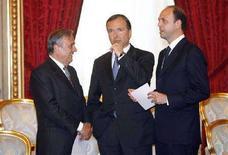 <p>Il minsitro del Welfare Maurizio Sacconi (a sinistra) con il ministro degli Esteri Franco Frattini (al centro) e il ministro della Giustizia Angelino Alfano (a destra) durante la cerimonia del giuramento del governo. REUTERS/ Dario Pignatelli (ITALY)</p>