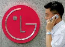 <p>Le vice-président de LG Electronics en charge du marketing, Chang Ma, a déclaré à Reuters que le groupe était à l'affut d'éventuelles initiatives de Nokia mais restait globalement positif sur les perspectives du marché des téléphones mobiles pour cette année. /Photo d'archives/REUTERS/You Sung-Ho</p>