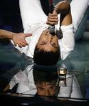 <p>Dima Bilan de Rusia canta la canción 'Believe' en los finales del festival Eurovision Song Contest, en Belgrado, Mayo 24, 2007. Rusia ganó el sábado el Festival de la Canción Eurovisión 2008, en el que Dima Bilan venció a 24 participantes para conseguir la primera victoria de su país en el evento con la apasionada balada de rock 'Believe'. Bilan recibió 272 puntos de la votación telefónica realizada en 43 países. Ucrania terminó en segundo lugar con 230 puntos y Grecia fue tercera con 218. Photo by Marko Djurica/Reuters</p>