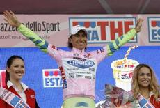 <p>Franco Pellizotti, che oggi ha vinto la tappa a cronometro sulle montagne dell'Alto Adige, qui sul podio della tappa calabrese Pizzo Calabro-Catanzaro del 13 maggio scorso. REUTERS/Giampiero Sposito</p>