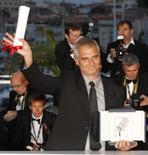 <p>O diretor francês Laurent Cantet posa para fotos depois de receber a Palma de Ouro pelo filme 'Entre les Murs', em Cannes, dia 25 de maio. Os críticos de cinema saudaram a primeira vitória francesa em 21 anos no Festival de Cannes, quando o drama 'Entre Les Murs' ganhou a Palma de Ouro de melhor filme, na noite de domingo. Photo by Vincent Kessler</p>