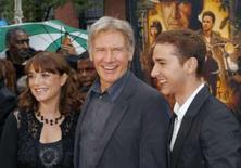 <p>Indiana Jones fatura US$311 milhões no mundo todo. Os atores Karen Allen, Harrison Ford e Shia LaBeouf de 'Indiana Jones e o Reino da Caveira de Cristal' em Cannes. O filme arrecadou 311,1 milhões de dólares ao redor do mundo, graças aos fãs nostálgicos. 20 de maio. Photo by Lucas Jackson</p>