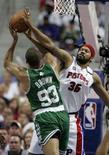 """<p>Момент игры 1/2 финала плей-офф НБА """"Детройт"""" - """"Бостон"""", 26 мая 2008 года. Результаты матча 1/2 финала плей-офф НБА, состоявшегося в понедельник вечером в Северной Америке. (REUTERS/Rebecca Cook)</p>"""