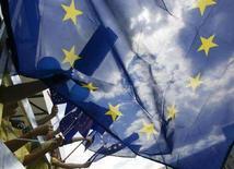 <p>Участники парада Европейского союза размахивают флагами ЕС в Варшаве 10 мая 2008 года. Министры иностранных дел Евросоюза одобрили в понедельник мандат на начало переговоров о партнерстве с Россией, которые откладывались полтора года из-за возражений со стороны экс-коммунистических членов блока. (REUTERS/Kacper Pempel)</p>