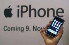 <p>Представление смартфона iPhone в одном из магазинов Германии, 9 ноября 2007 года. Основной акционер третьего по величине сотового оператора СНГ - МегаФона - скандинавская TeliaSonera объявила во вторник о начале продаж в 2008 году популярного смартфона iPhone компании Apple в странах Балтии и Скандинавии. (REUTERS/Ina Fassbender)</p>