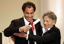 <p>El director Roman Polanski felicita al director italiano Matteo Garrone por su premio al filme 'Gomorra' , en Cannes Mayo 25, 2008. Mientras Francia disfrutaba el triunfo de una de sus películas en el Festival de Cine de Cannes, Italia también celebraba el renacimiento de su cinematografía tras haber logrado dos grandes premios en la mayor competencia mundial del cine. 'Gomorrah', una dura película sobre la mafia de Nápoles; e 'Il Divo', una sátira sobre la vida del ex primer ministro Giulio Andreotti, ganaron el segundo y tercer premio respectivamente, con elogios de la crítica tanto en su país como en el exterior. Photo by Eric Gaillard/Reuters</p>