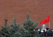 <p>Сторонники КПРФ с красным флагом у стен московского Кремля 21 декабря 2007 года. Российские коммунисты и демократы намерены оспорить в суде результаты недавних выборов в Госдуму РФ, считая их недействительными. КПРФ заявляет о махинациях при подсчете голосов, а Союз правых сил жалуется на обыски, аресты и изъятие агитационных материалов. (REUTERS/Denis Sinyakov)</p>