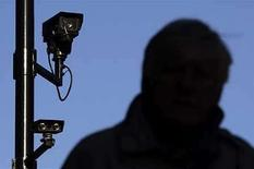 <p>No se alarme por ese joven extraño que actúa frente a las cámaras de seguridad, sólo está haciendo una película casera. Los artistas en Reino Unido están interceptando y grabando metraje en cámaras de seguridad para hacer sus propias películas en reacción contra las cámaras de vigilancia que aparentemente siempre están presentes. Photo by (C) LUKE MACGREGOR / REUTERS/Reuters</p>