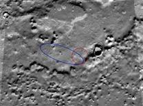 <p>Immagine del 27 maggio 2008 che mostra il posizionamento della sonda spaziale Phoenix della Nasa. La zona cerchiata in blu indica il punto su cui era previsto l'atterraggio della sonda prima del suo arrivo su Marte. REUTERS/NASA/JPL-Caltech/University of Arizona.</p>