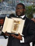 "<p>British director Steve McQueen poses with the Camera d'Or prize for his film ""Hunger"" at a photocall at the 61st Cannes Film Festival awards ceremony May 25, 2008. REUTERS/Vincent Kessler</p>"
