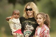 <p>Un tribunal de Malaui sentenció el miércoles a favor de que Madonna pueda adoptar a un niño que encontró en un orfanato en el empobrecido país del sur de êfrica, informó un abogado de la cantante estadounidense. 'Estamos muy contentos con la sentencia del juez. Es una sentencia positiva y hermosa que tendrá un impacto en las leyes de adopción de Malaui', dijo el abogado Alan Chinula. Photo by (C) SIPHIWE SIBEKO / REUTERS/Reuters</p>