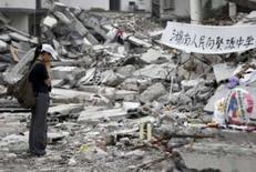 <p>China diz que notícias ruins podem afastar público da Olimpíada. Estudante em frente a prédio destruído de escola na província chinesa de Sichuan. Uma importante autoridade chinesa do setor turístico admitiu que o noticiário negativo a respeito do seu país pode afetar a presença de espectadores estrangeiros na Olimpíada de Pequim. 25 de maio. Photo by Steven Shi</p>