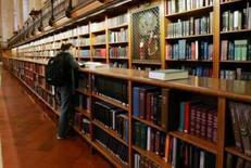 <p>Mulher observa livros na biblioteca municipal de Nova York. em imagem de arquivo.  Os consumidores dos EUA preferem livros em papel aos eletrônicos. Photo by Mike Segar</p>