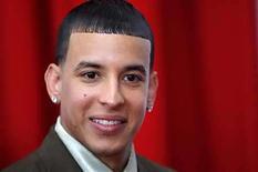 <p>La estrella del reggaeton Daddy Yankee durante la entrega de los Premios Billboard Latinos 2008 en Hollywood, Florida. 10 abr, 2008. Luego de anotarse un éxito de ventas con el álbum del 2007 'El Cartel: The Big Boss', la estrella del reggaeton Daddy Yankee comienza a cimentar el camino para su próximo projecto con el tema 'Pose'. El tema 'Pose' es presentado como el primer single de 'Talento de Barrio: El Soundtrack' banda sonora del próximo debút fílmico de Daddy Yankee 'Talento de Barrio'. Photo by (C) CARLOS BARRIA / REUTERS/Reuters</p>