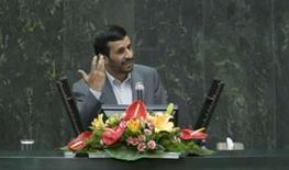 <p>O presidente iraniano Mahmoud Ahmadinejad fala durante sessão do novo parlamento do país, em Teerã, 27 de maio. Ahmadinejad disse na segunda-feira que Israel vai logo desaparecer do mapa e que o 'poder satânico' dos Estados Unidos está se destruindo, em mais um ataque contra seus arquiinimigos. Photo by Raheb Homavandi</p>