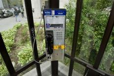 <p>A telephone booth is seen outside the offices of BCE Inc., Canada's largest telecoms group, in Montreal, May 21, 2008. REUTERS/Shaun Best</p>