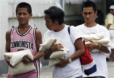 <p>Residents purchase local rice sold by the government at subsidized prices outside the National Food Authority (NFA) warehouse in Quezon city, Metro Manila June 3, 2008. REUTERS/Romeo Ranoco</p>