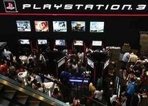 <p>Gente reunida frente a la caseta de las consolas Sony Playstation en el  IT Show de Singapur. 7 Mar, 2008. No culpe al refrigerador por sus altas facturas eléctricas. Una agencia de consumo australiana ha descubierto que las consolas de videojuegos y las pantallas de televisión de plasma son las grandes consumidoras de energía, incluso cuando están en 'stand by' o modo de espera. Según el estudio de la empresa Choice, la PlayStation 3 de Sony Corp, seguida de cerca por la Xbox 360 de Microsoft y las pantallas de televisión de plasma, son las que más consumen de una lista de 16 electrodomésticos probados y que incluye computadoras portátiles, equipos de sonido y reproductores de DVD. Photo by (C) VIVEK PRAKASH / REUTERS/Reuters</p>