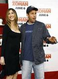 """<p>L'attore statunitense Adam Sandler con sua moglie Jackie durante la presentazione del film """"You Don't Mess with the Zohan"""" al Grauman's Chinese theatre di Hollywood, California, il 28 maggio 2008. REUTERS/Mario Anzuoni (Usa)</p>"""