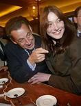 <p>El presidente de Francia, Nicolas Sarkozy, y su esposa Carla Bruni, visitan un mercado en París, mayo 27, 2008. En un libro que se publicará esta semana, la primera dama de Francia revela que se enamoró perdidamente del presidente Nicolas Sarkozy no sólo por su 'físico', sino también por sus 'cinco o seis cerebros'. Carla Bruni-Sarkozy mantuvo un perfil relativamente bajo desde que su intenso romance con Sarkozy culminó en febrero con su casamiento, pero finalmente ha levantado el telón de su relación en 'Carla and Nicolas, the real story'. Photo by (C) POOL NEW / REUTERS/Reuters</p>