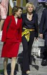 <p>A atriz norte-americana Sharon Stone (dir) chega ao Karolinska Institutet, em Estocolmo, dia 26 de maio. Sharon Stone não será convidada para o Festival de Cinema de Xangai, na próxima semana, informou a mídia estatal nesta quarta-feira, em um sinal de que o país não esquecerá seus comentários sobre 'carma ruim' após o terremoto chinês do mês passado. Photo by Scanpix</p>