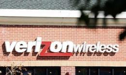 <p>L'opérateur mobile américain Verizon Wireless, dont Vodafone détient 45%, est en négociations avancées en vue du rachat de son homologue américain Alltel, un rapprochement qui, s'il se réalisait, placerait Verizon devant AT&T en tant que premier opérateur télécoms mobile aux Etats-Unis. /Photo d'archives/REUTERS/Rick Wilking</p>