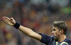 <p>Roberto Rosetti mentre arbitra una partita. REUTERS/Felix Ordonez (SPAIN)</p>