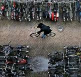 <p>Une association de cyclistes néerlandais va faire le tour du royaume pour enseigner les techniques de vol aux amateurs de bicyclette et leur faire prendre conscience des problèmes de sécurité. /Photo d'archives/REUTERS/Koen van Weel</p>