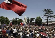 <p>Митинг сторонников оппозиции в центре Тбилиси 26 мая 2008 года. Центральная избирательная комиссия Грузии (ЦИК) в четверг подвела итоги прошедших 21 мая парламентских выборов, согласно которым правящая партия - Единое национальной движение Грузии - получила в законодательном органе почти 80 процентов мест. (REUTERS/Grigory Dukor)</p>