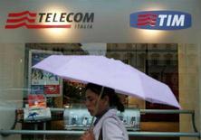 <p>Una donna davanti a un negozio Telecom a Roma. REUTERS/Dario Pignatelli (ITALY)</p>