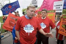 <p>Ontario NDP Leader Howard Hampton (L) talks to protesters with NDP Labour Critic Paul Miller (R) outside General Motors' headquarters in Oshawa, Ontario June 4, 2008. REUTERS/Fred Thornhill</p>
