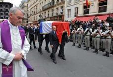 <p>Pessoas carregam caixão do estilista francês Yves Saint Laurent após missa em Paris. A França despediu-se do estilista Yves Saint Laurent nesta quinta-feira com uma missa fúnebre da qual participaram estrelas do mundo da moda e do cinema. Photo by Pool</p>