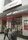 <p>L'opérateur américain de téléphonie mobile Verizon Wireless a racheté son concurrent Alltel pour 5,9 milliards de dollars (28,1 milliards de dollars dette comprise), ce qui devrait lui permettre de prendre la première place aux Etats-Unis devant AT&T. /Photo d'archives/REUTERS/Peter Morgan</p>