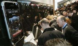 <p>Un modello gigante di iPhone. REUTERS/Hannibal Hanschke</p>