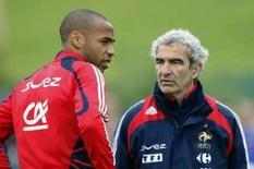 <p>Mesmo com dúvidas, seleção francesa está confiante para Euro. O atancante Thierry Henry conversa com o técnico Raymond Domenech durante sessão de treinamento em Vevey, na Suíça. 5 de junho. Photo by Charles Platiau</p>