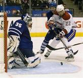 <p>Montreal Canadiens Steve Begin (R) can't put the puck past Toronto Maple Leafs goalie Vesa Toskala (L) during the third period of their NHL hockey game in Toronto March 29, 2008. REUTERS/Fred Thornhill</p>