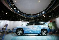 <p>Гибридный автомбиль производства Toyota на Международном автосалоне в Нью-Йорке 19 марта 2008 года. Японская компания Toyota Motor Corp в пятницу объявила о создании усовершенствованной модели автомобиля на топливных элементах, который сможет проезжать 830 километров на одном баке водорода и работать при температурах ниже 30 градусов ниже нуля (REUTERS/Keith Bedford)</p>