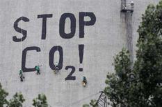 """<p>Активисты Гринписа пишут слоган """"Остановите СО2!"""" на трубе энергетической станции в Польше. Правительства всех стран мира должны выделить $45 триллионов на """"технологическую революцию в энергетике"""", если они желают предотвратить 130-процентое увеличение выброса парниковых газов в атмосферу к 2050 году, заявило в пятницу Международное энергетическое агентство (IEA). (REUTERS/Kacper Pempel)</p>"""