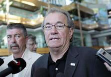 <p>Canadian Auto Workers president Buzz Hargrove talks to the media in the lobby of the General Motors headquarters in Detroit, Michigan June 6, 2008. Hargrove, along with the CAW's GM bargaining committee from Oshawa, is in Detroit to meet GM Chief Executive Rick Wagoner and leaders from GM Canada to discuss GM's plans to shut its Oshawa truck plant. REUTERS/Rebecca Cook</p>