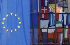 <p>Флаги различных государств отражаются в окне штаб-квартиры Европейского совета в Брюсселе 12 марта 2008 года. Жители Северной Ирландии в ходе референдума 12 июня могут отклонить Лиссабонский договор, о чем свидетельствует недавно проведенный опрос общественного мнения. (REUTERS/Thierry Roge)</p>